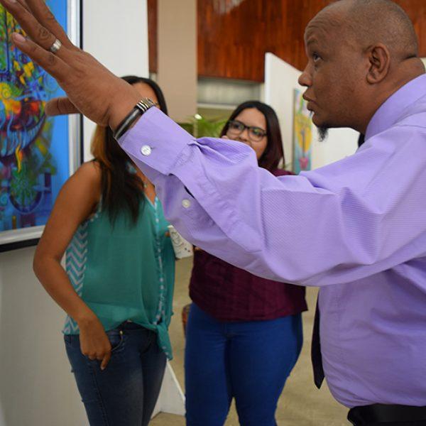 El pintor José Luis Henríquez, dando explicaciones de una de sus obras (1)