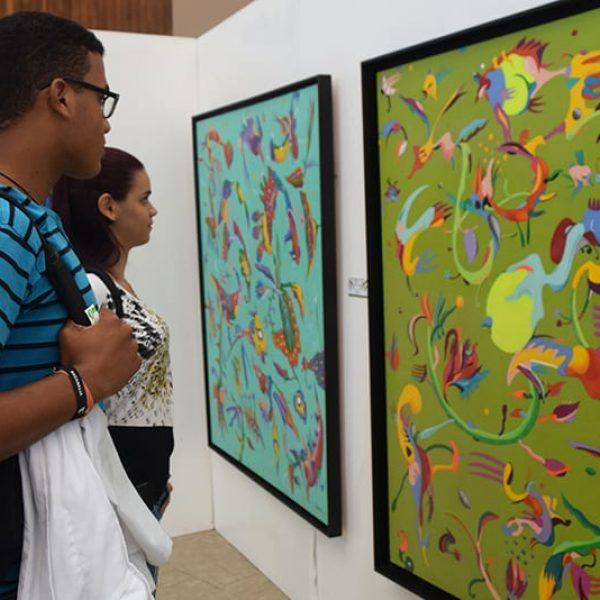 Estudiantes visualizando obras de 9 Ramas del albor